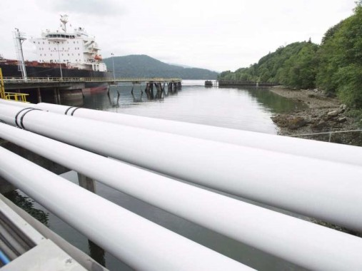 Oil into ship Kinder Morgan Burnaby
